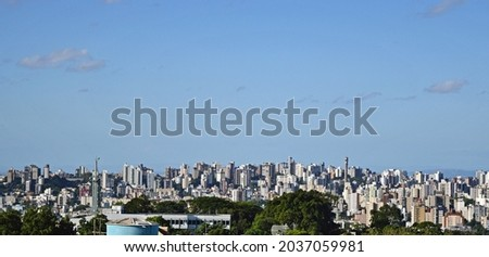 Panoramic view of Porto Alegre's cityscape from the top of a building roof. Foto stock ©
