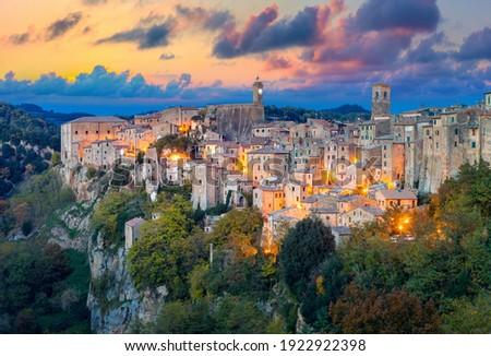 Panoramic view of Sorano in the evening sunset with old tradition buildings and illumination. Old small town in the Province of Grosseto, Tuscany (Toscana), Italy. ストックフォト ©