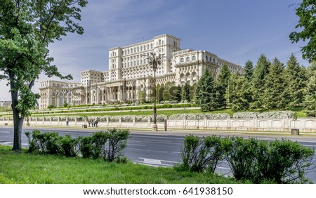 Panoramic view of the facade of the imposing Parliament Building in Bucharest, Romania, on a sunny day Foto stock ©