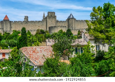 panoramic view of the historic center of Carcassonne surrounded by the walls of an old castle Photo stock ©