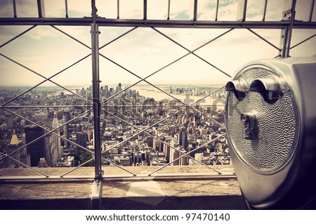 panoramic view over New York City and binoculars, vintage style, Panoramablick über New York City und Fernglas, im Retro Stil