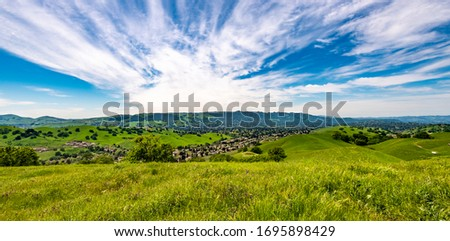 Panoramic view overlooking Camino Tassajara with hiking and walking trail on the slope of a hill in Sycamore Valley Preserve Contra Costa County Danville, California. Foto stock ©