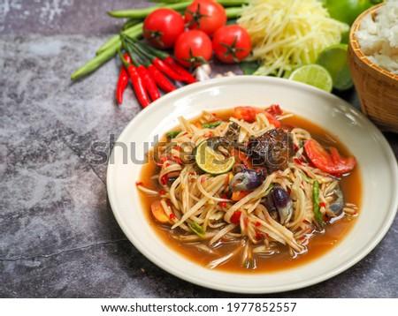 Papaya salad or Green papaya salad (Som Tum) Asia food, Thai cuisine traditional spicy hot. Zdjęcia stock ©