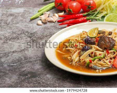 Papaya salad (Som Tum) Asia food style street food, Green papaya salad Thai cuisine traditional spicy hot. Zdjęcia stock ©