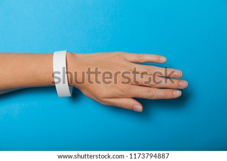 Paper wristband mockup, event bracelet on hand. Empty ticket wrist band design. Foto stock ©