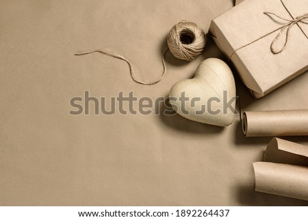 Papier-mâché heart, and craft packaging on a background with copy space. Gift decoration. Foto d'archivio ©