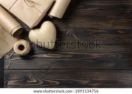 Papier-mâché heart, craft paper, burlap linen and a skein of twine on a rough wooden background with copy space. Homemade gift for Valentine's Day or Mother's Day. Foto d'archivio ©