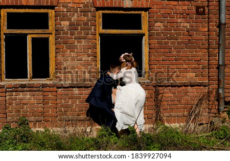 para ślubna wchodzi przez okno do domu Zdjęcia stock ©