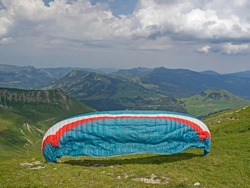 Paraglider starts in the swiss mountains