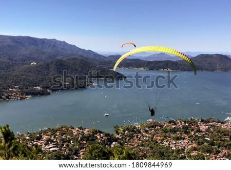 Paragliding in Valle del bravo mexico Foto stock ©