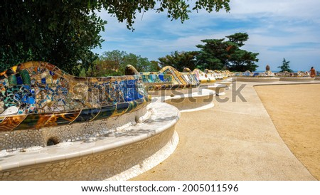 Parc Guell, square with benches made in unusual architectural style in Barcelona, Spain Photo stock ©