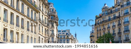 Paris, beautiful buildings in the 16th arrondissement, boulevard de Beausejour, with the Eiffel tower in background Foto stock ©