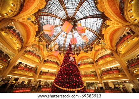 PARIS - DECEMBER 30: The Christmas tree at Galeries Lafayette , December 30, 2009, Paris, France.