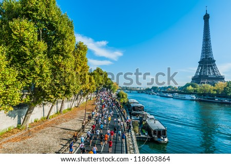 PARIS , FRANCE - APRIL  14 : marathon runners in waterfront at  Paris International Marathon on April 14 , 2006 in Paris, France