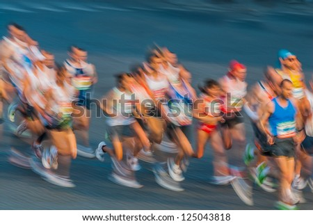PARIS , FRANCE - APRIL  14 : Motion blur of marathon runners at  Paris International Marathon on April 14 , 2006 in Paris, France