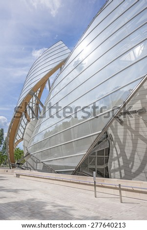 PARIS, FRANCE - MAI 12, 2015: The Louis Vuitton Foundation. The Fondation Louis Vuitton is an art museum and cultural center sponsored by the group LVMH. #277640213