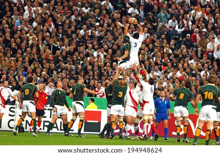 PARIS, FRANCE-OCTOBER 21, 2007:  england rugby players catch the ball in touch, during the final of the final England vs South Africa, of the Rugby World Cup, France 2007, in Paris