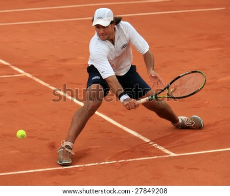 PARIS - MAY 23: Argentina's professional tennis player Eduardo Schwank during the match at French Open, Roland Garros on May 23, 2008 in Paris, France.