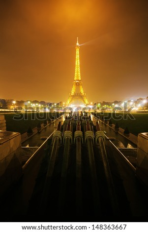 PARIS - NOVEMBER 15: night view of water fountain installations in the Jardins du Trocadero with view on the illuminated Eiffel Tower on November 15, 2013 in Paris.