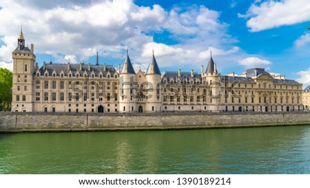 Paris, view of the Seine with the Conciergerie on the ile de la Cité   Photo stock ©