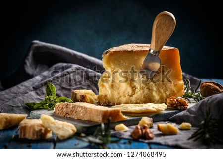 Parmesan cheese composition with special cheese knife