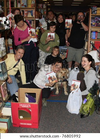 PASADENA - NOV 27: Unidentified Cesar Millan fans at a book signing for his book 'Cesar's Way' held at the Borders bookstore in Pasadena, CA on November 27, 2007.