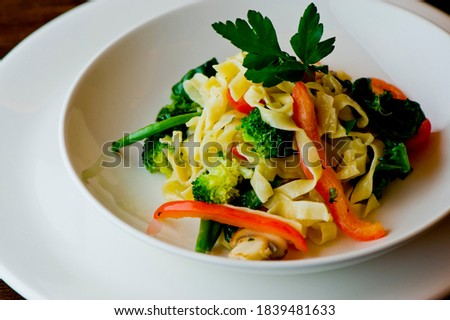 Pasta Primavera. Linguine Pasta with vegetables, Parmesan cheese, spinach, and Italian parsley. Classic American or Italian restaurant favorite. Homemade pasta with tomato sauce, meats and cheeses. Foto stock ©