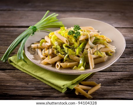 pasta with leek and pepper, healthy food