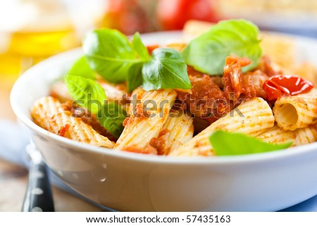 Pasta with tomatoes and fresh basil