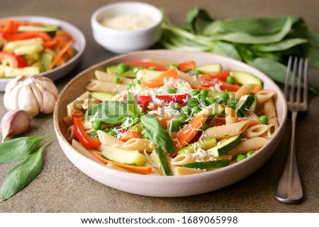 Pasta with zucchini, carrots, red bell pepper, garlic and parmesan. Primavera Traditional Italian Vegetable Pasta Foto stock ©