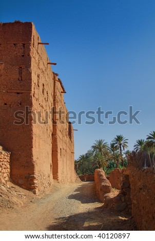 path along a Morrocan country house