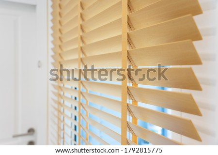 Pattern of the wooden shutters blinds (Windows blinds) with the light sunshine Foto stock ©