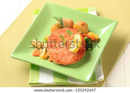 Patty-shaped fish with mixed vegetables