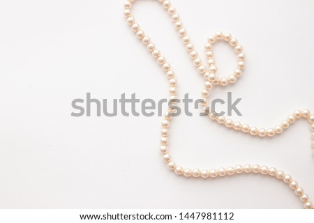 Pearls on white background with copy space. Necklace jewelry. Foto d'archivio ©
