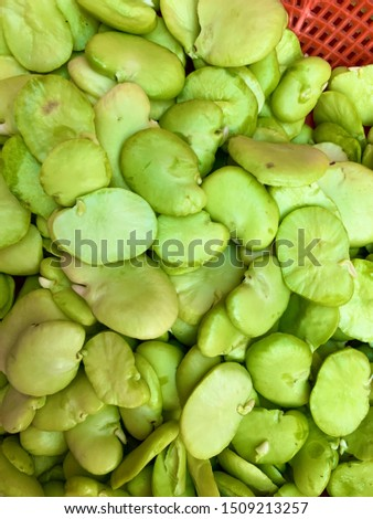 Peeled beans are a somewhat peculiar type of legume, since most legumes are consumed cooked, while beans can be eaten raw when they are green.