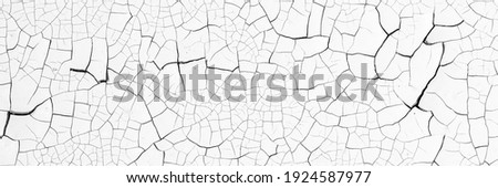 Peeling paint on the wall. Panorama of a concrete wall with old cracked flaking paint. Weathered rough painted surface with patterns of cracks and peeling. Wide panoramic grunge texture for background Foto stock ©