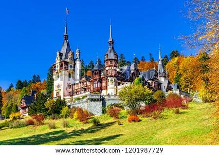 Peles Castle, Sinaia, Prahova County, Romania: Famous Neo-Renaissance castle in autumn colours, at the base of the Carpathian Mountains, Europe Foto stock ©
