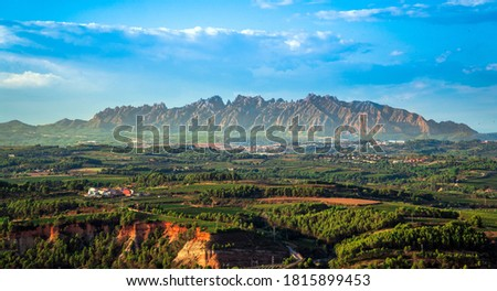 Penedes wine region with Montserrat mountains in the background. Catalonia, Spain Foto stock ©