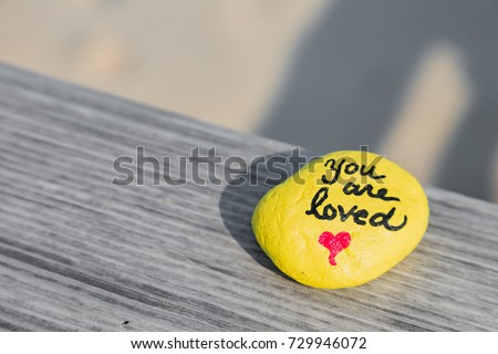 People create kindness rocks for others to find. This one was spotted at the beach. Foto stock ©