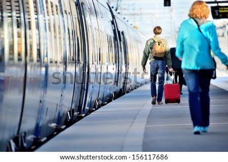 People hurrying to catch train