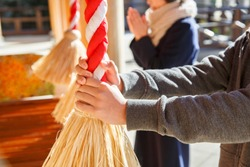 People who worship at temples in the New Year/In Japan, go to worship in the New Year