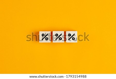 Percent sign on wooden cubes against yellow background with copy space. Concept of sale and discount. Foto stock ©