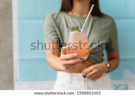 Person holding a glass of paloma cocktail Foto stock ©