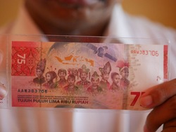 Person holding rupiah money of the 75th Anniversary of the Republic of Indonesia's Independence Money. Commemoration of 75 Years of Independence of the Republic of Indonesia.