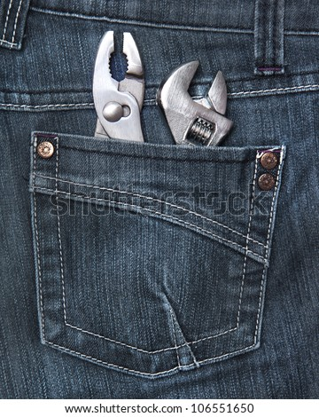 Person wearing a jeans with tools in his rear pocket