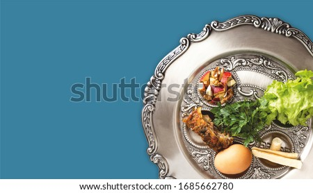 Pesach plate on a petrol blue background. Traditional Jewish seder on the occasion of Passover festival. Foto stock ©