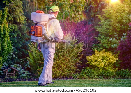 Pest Control Garden Spraying by Professional Gardener Who Wearing Safety Wearing. Foto d'archivio ©