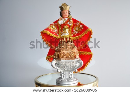 Peterborough, Ontario, Canada - January 16, 2020: Image of Señor Sto. Nino standing in  a glass table. Foto stock ©