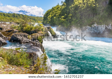 Petrohue Rapids (Saltos del Petrohue), an important touristic attraction in southern Chile Foto stock ©