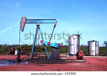 Petrolio greggio di pompaggio nel campo petrolifero diSangatta in Kalimantan, Indonesia, Asia - stock photo